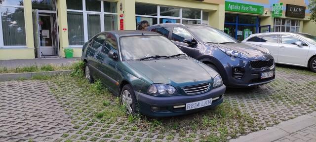Wrak na ulicy Przełajowej 14 (Parking przed samym wejściem Poczty). Samochód stoi już drugi rok.