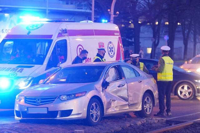 W wypadku został ranny kierowca samochodu osobowego. Zobacz więcej zdjęć --->