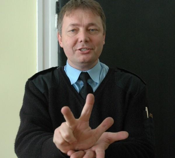 Marek Makówka na razie poznał kawałek alfabetu i kilka migowych cyfr.