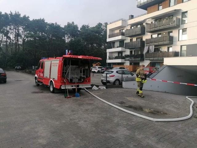 Kiedy strażacy z OSP w Fordonie działali w zalanym podziemnym garażu przy ul. Wyzwolenia, deszcz zalewał ich remizę.