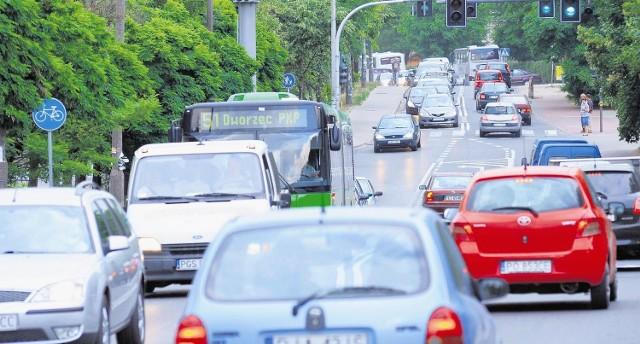 Kilometr w piętnaście minut? Dla kierowców skazanych na ul. Naramowicką to norma. Kiedy to się zmieni?