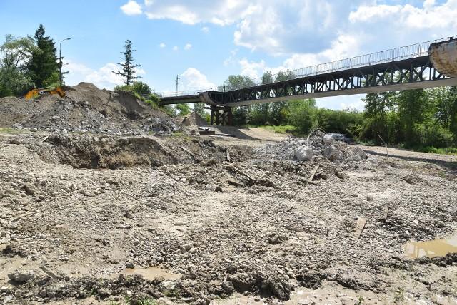 Z międzywala Dunajca zniknęły właśnie betonowe filary i przyczółki starego mostu. W ich miejscu pojawią się nowe, na których posadowiona zostanie żelbetowa konstrukcja nowej przeprawy