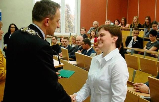 Witold Stankowski, rektor oświęcimskiej uczelni wręczył indeksy 35 studentom kierunku zarządzanie i inżynieria produkcji