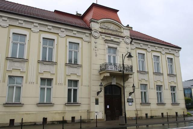Po blisko dwumiesięcznej przerwie biblioteki, muzea, księgarnie i galerie sztuki mogą wznowić działalność. Jednak wprowadzenie nowych zasad funkcjonowania opóźnia otwarcie niektórych miejsc. Od dzisiaj w miejskich bibliotekach w Rzeszowie można wypożyczać książki.