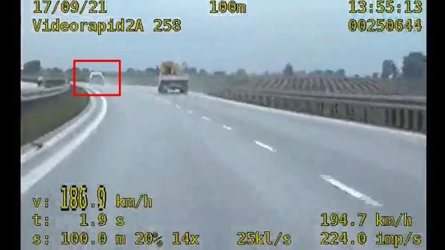 Dzięki interwencji policji, szaleńcza jazda obwodnicą Inowrocławia nie skończyła się tragedią. Kierowca, który na liczniku miał ponad 180 km/h, miał w organizmie 0,8 promila alkoholu.