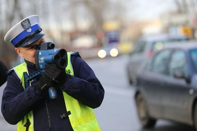 Na jakich drogach jest największe prawdopodobieństwo spotkania kontroli policji? Sprawdzili to specjaliści z systemu Yanosik. Zobaczcie najczęściej kontrolowane drogi krajowe w Polsce.Aby przejść do listy, naciśnij strzałkę w prawo lub przesuń zdjęcie gestem.