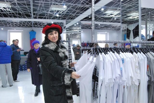 Światowe marki w niskich cenach. Tłumy na otwarciu otwarciu outletu SuperOkazja!Małgorzata Lubawska w Superokazji oglądała między innymi luźne koszulki i sweterki.