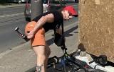 Agresywny rowerzysta na Bałutach. Zaatakował gazem pieszych. Szuka go policja