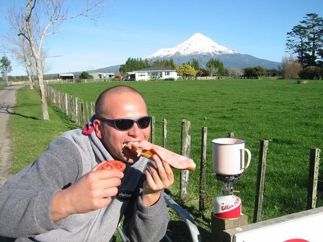 Zestaw globtrotera: kuchenka z palnikiem i posiłek gotowy. I to w jakich okolicznościach przyrody....