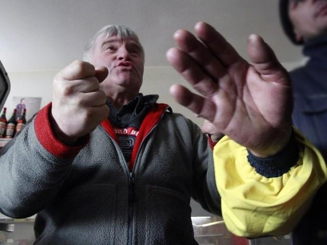 Wybory wygrałem uczciwie i oddam władzę za cztery lata – zapewnia Adam Półkośnik, sołtys wsi Konowały. Na zdjęciu broni naszego fotoreportera przed nadmierną aktywnością własnego elektoratu.