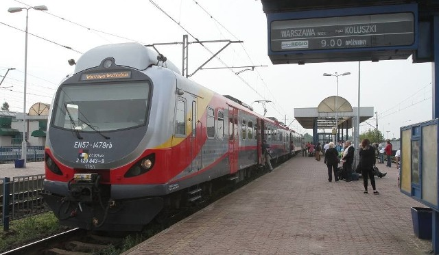 To już czwarta zmiana rozkładów jazdy w tym roku i na dodatek nie jest to zmiana ostatnia. Rozkłady, które obowiązują od niedzieli 2 września, będą ważne tylko do 20 października. Ma to między innymi związek z remontami linii kolejowych w kraju. Od tego samego dnia zmienione jest także kursowanie niektórych pociągów Łódzkiej Kolei Aglomeracyjnej.Jak informuje PKP Intercity pasażerowie od niedzieli mogą znów korzystać z pociągów IC Barbakan i IC Włókniarz, które były zawieszone w czasie wakacji ze względu na prace modernizacyjne na linii kolejowe.IC Barbakan, który kursuje między Krakowem a Szczecinem i Świnoujściem do 20 września będzie kursować trasą okrężną na odcinku Poznań – Łódź (przez Gniezno, Zamków, Kutno i Zgierz). Od 21 września do 20 października natomiast od Zduńskiej Woli ten pociąg pojedzie przez Częstochowę, Stradom i Koniecpol.Czytaj dalej na kolejnych slajdach
