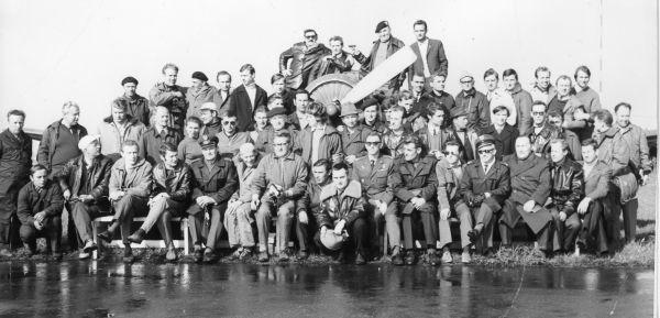Lata 70., członkowie Aeroklubu Opolskiego. Dionizy Bielański kuca w środku, w skórzanej kurtce pilota. Z akt IPN wynika, że do Opola trafił karnie, za nieprawomyślność.