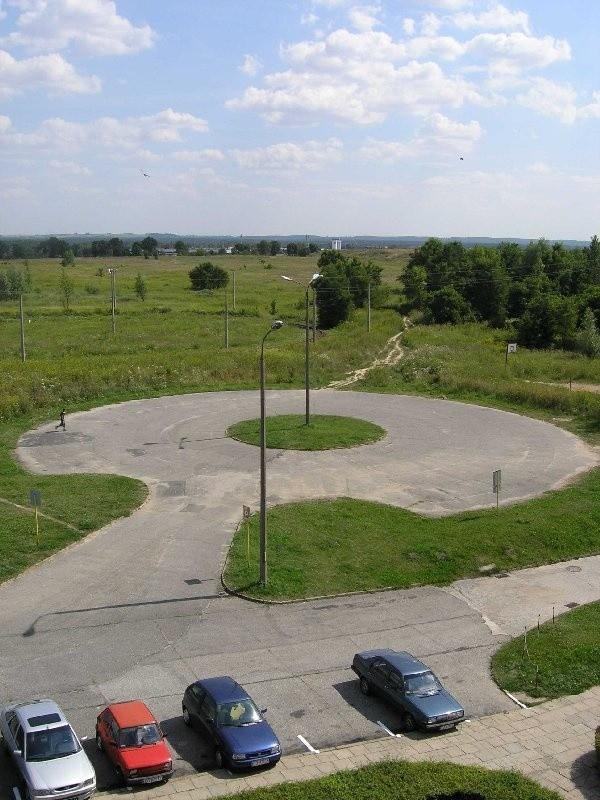 Jeszcze do niedawna ten parking, na którym nikt  nie pozostawia samochodów, tętnił  targowiskowym życiem.