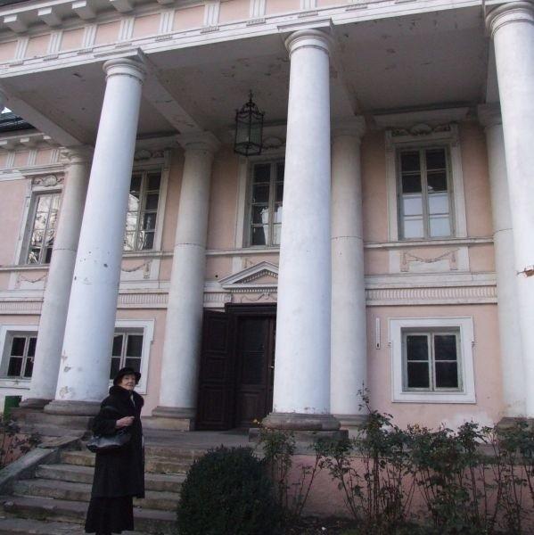Maria Sokolnicka po latach znów przed swoim pałacem w Małej Wsi koło Grójca.