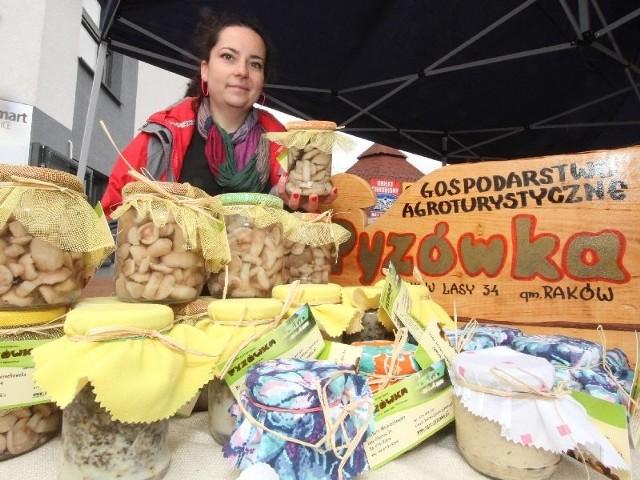 """Gospodarstwo """"Pyzówka"""" Barbary Wojciechowskiej z Głuchowie koło Rakowa prezentowało w Kielcach grzyby przyrządzone na różne smaki."""