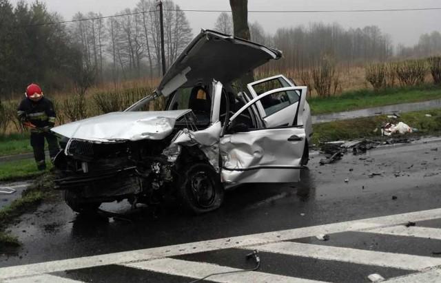Na miejsce przyjechała policja i pogotowie. Kierowcy skody i bmw zostali odwiezieni do szpitali.