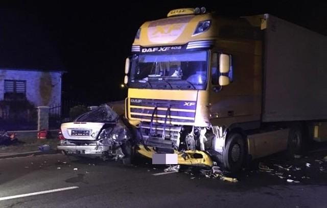 Olesno - wypadek na ul. Kluczborskiej (DK 11). Po zderzeniu mercedesa z ciężarówką zginął kierowca osobówki.