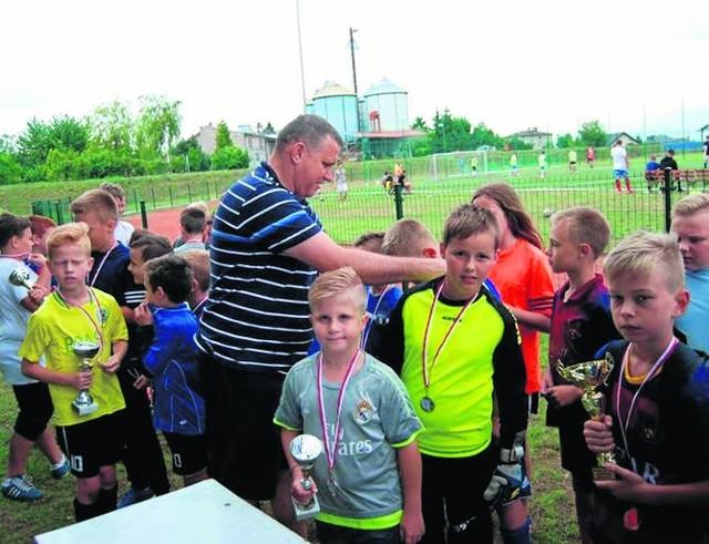 W rzeczywistości żadne dziecko nie było przegrane. Każdy otrzymał pamiątkę udziału w turnieju.