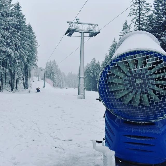 Choć z perspektywy Wrocławia może się to wydawać zaskakujące, w Sudetach w pełni zimowe warunki. Wielu właścicieli stoków narciarskich ruszyło pełną parą z dośnieżaniem z armatek i poza naturalnym, przybywa też sztucznego puchu. Pasjonaci narciarstwa powinni już szykować sprzęt, bo zapewne duże ośrodki będą się prześcigały w uruchamianiu wyciągów. Na razie nikt nie podaje konkretnych terminów, ale to może być kwestia kilku - kilkunastu dni, jeśli utrzymają się pomyślne prognozy. A te w górach przewidują temperaturę w okolicach zera w dzień i na lekkim minusie w nocy w ciągu najbliższych dni. Będziemy Was informować o terminach uruchomienia stoków i wyciągów. Tymczasem zobaczcie w naszej galerii jak wygląda sytuacja w górach - stan na wtorek - 20 listopada 2018. Na powyższym zdjęciu stacja Winterpol - Karpacz Biały Jar