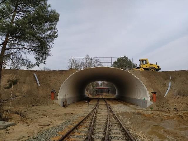 Postępuje budowa nowego wiaduktu nad torami na terenie Parku Przemysłowego Metalchem. Na konstrukcji tunelu jest już nasyp.