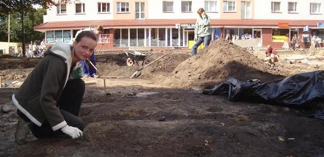 Karolina Stań, pracownik muzeum czyści miejsce, w którym mogły być odlane dzwony stargardzkiego kościoła mariackiego.