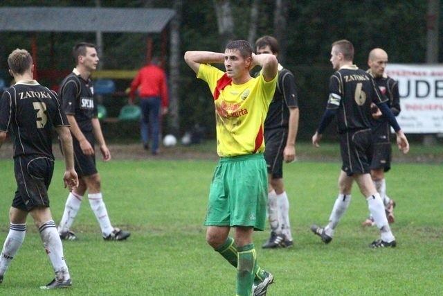 Piłkarze Promienia Mońki (żółte koszulki) zremisowali z Zatoką 1:1
