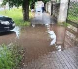 Miastko. Woda zalała podwórko i nie odpływała z chodnika (ZDJĘCIA)