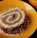 Desery. Rolada biszkoptowa z masą kakaową i powidłami śliwkowymi. Smak zaskoczy wszystkich! [PRZEPIS]