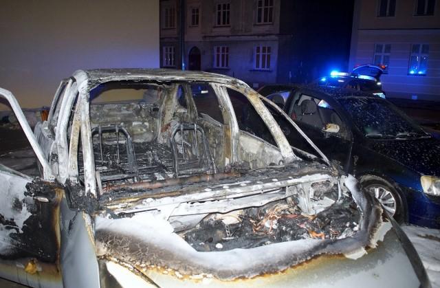 Kwadrans przed godziną drugą w nocy strażacy ze Słupska interweniowali na ulicy Polnej, gdzie spłonął samochód. Ogień uszkodził też sąsiednie auto. Nie ustalono jeszcze przyczyn tego pożaru, który gasił jeden zastęp straży pożarnej.Jesteś świadkiem wypadku? Daj nam znać! Poinformujemy innych o utrudnieniach. Czekamy na informacje, zdjęcia i wideo!■ Przyślij je na adres alarm@gp24.pl■ Wyślij za pomocą naszego Facebooka:GP24Masz informacje? Redakcja Głosu Pomorza i GP24.PL czeka na kontakt