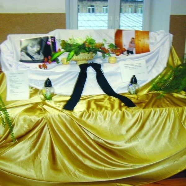Żałoba w szkole. Uczniowie przygotowali dziś miejsce pamięci tragicznie zmarłych koleżanek. Do wypadku doszło na drodze do Lipska