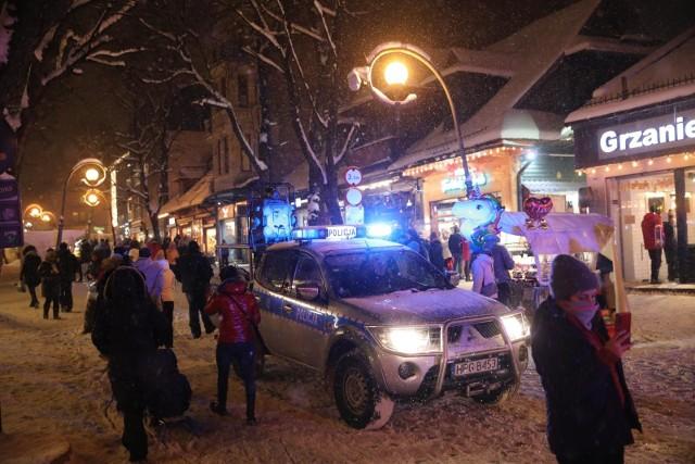 To był prawdziwy najazd na Zakopane. Przez trzy dni kibice skoków narciarskich dopingowali zawodników zza ogrodzenia Wielkiej Krokwi, a następnie ruszali na podbój Krupówek. Dosłownie, bo ludzka fala wręcz przelewała się przez najpopularniejszy deptak w Polsce. O reżimie sanitarnym nie było mowy, policja nie nadążała z interwencjami, dochodziło do bójek. Zobaczcie w GALERII, jak kibice śpiewali, tańczyli, a nawet awanturowali się w Zakopanem.