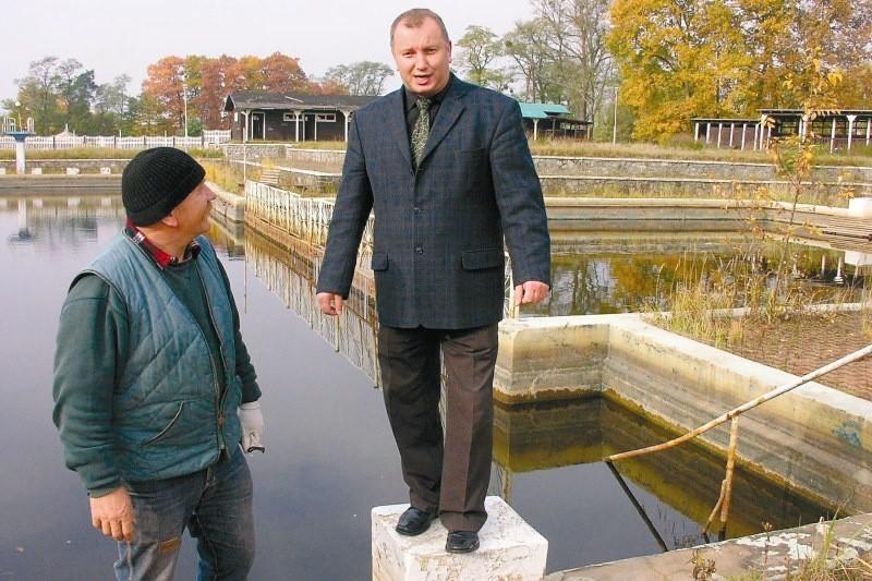 - Jeszcze pięć lat temu skakałem tu do wody - mówi wójt gminy Bogusław Gąsiorowski. I zapowiada, że latem basen znowu będzie czynny.