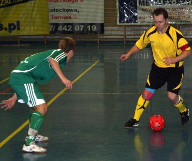 Tomasz Wróblewski (przy piłce) był w tym sezonie liderem Mariossa. Z podstawowych zawodników był jedynym graczem stawiającym wyłącznie na futsal.