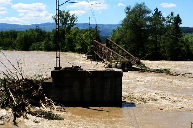 Wielki, żelazny, most kolejowy, wsparty na betonowych filarach, wydaje się konstrukcją bardzo trwałą. A jednak, dziesięć lat temu, na przełomie maja i czerwca (2010 r.) tak bardzo wezbrał powodziową fala Poprad, że zburzył stuletnią kolejową przeprawę łączącą dwa brzegi tej górskiej rzeki pomiędzy Nowym Sączem i Starym Sączem. ZOBACZCIE ZDJĘCIA >>>Przesuwaj zdjęcia w prawo - naciśnij strzałkę lub przycisk NASTĘPNE