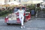Sandomierz kusi turystów wycieczkami super autami w stylu retro z pięknymi dziewczynami za kierownicą [ZDJĘCIA]