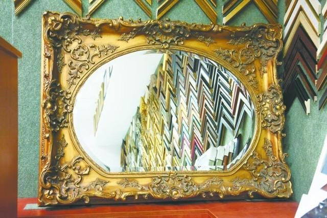 Jedno lustro można oprawić na wiele sposobów. Tylko od nas i wystroju naszego mieszkania zależy, czy będzie ono miało ramę klasyczną, bogato zdobioną ornamentami czy też nadamy mu nowoczesny, minimalistyczny styl.