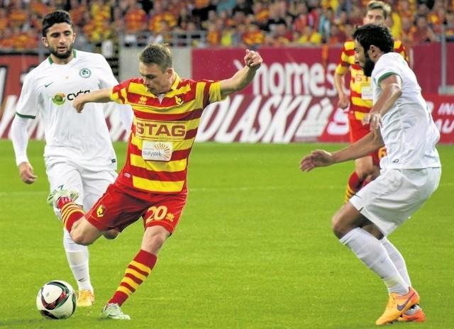 Maciejowi Gajosowi (na żółto-czerwono) i jego kolegom z Jagiellonii nie udało się zdobyć bramki w pierwszym meczu z Cypryjczykami. Oby dziś ta sztuka się powiodła.