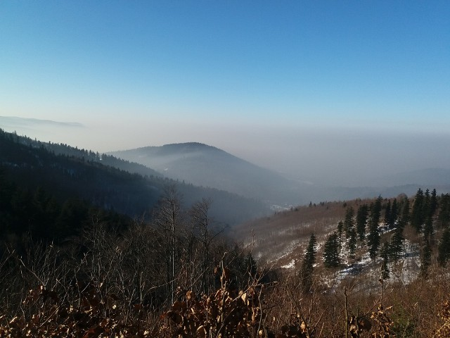 """Smog był od zawsze tylko, że teraz atakuje ze wzmożoną siłą i podwójnie. Pod szarą """"chmurą"""" widoczną na zdjęciu, znajduje się miasto."""