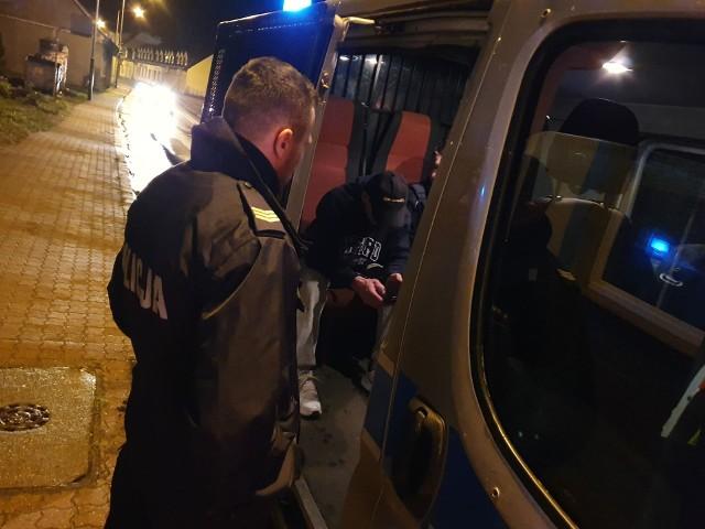 W nocy z poniedziałku na wtorek policjanci z Karlina podczas patrolu zauważyli podejrzanie poruszający się pojazd marki Renault. Jego kierowca jechał wężykiem a chwilami nawet wjeżdżał na chodnik stwarzając przy tym ogromne zagrożenie.Ten rajd należało błyskawicznie zakończyć i tak też się stało. Mundurowi natychmiast zatrzymali pojazd do kontroli. Autem podróżowało dwóch mężczyzn, obaj byli kompletnie pijani.Jak udało nam się ustalić 39 letni mężczyzna, kierowca Renault, mieszkaniec Gościna podczas badania alkomatem wydmuchał blisko 3 promile. W trakcie prowadzonych czynności okazało się, że mężczyzna nie posiada uprawnień do kierowania pojazdami. Nie był to jego pierwszy taki przypadek, ponieważ mężczyzna był już karany za podobne przestępstwo. Niebawem znów stanie przed sądem.Zobacz także: Napad w Koszalinie