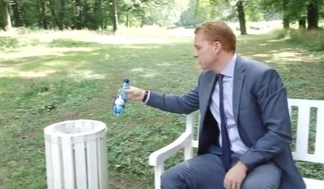 Daniel Marchewka pokazuje, jak umieścić butelkę w koszu na śmieci.