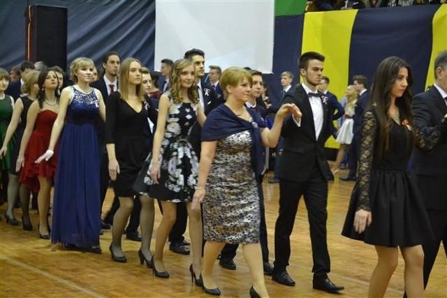 Uczniowie IV LO im. Henryka Sienkiewicza w Częstochowie w sobotni wieczór bawią się podczas balu studniówkowego w Hali Polonia.