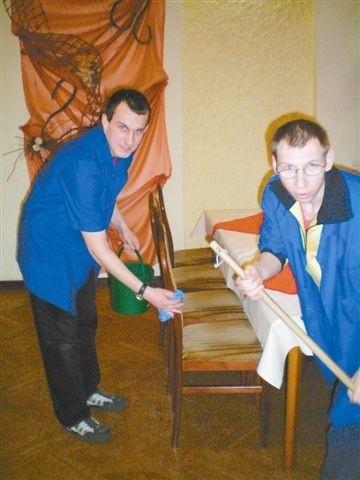 Jarek Nowotny (z lewej) i Rafał Basiński podczas pracy w restauracji Czardasz w Opolu. (fot. Dorota Richter)