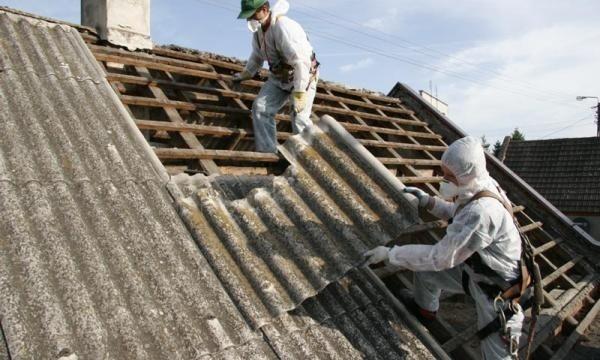 """Usuwanie azbestu z dachu domuWedług strategii zawartej w """"Aktualizacji planu gospodarki odpadami dla województwa opolskiego"""", na usunięcie i unieszkodliwienie wyrobów zawierających azbest mamy czas do 2032 roku, ale im szybciej tym lepiej."""