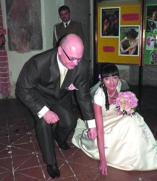 Marzena i Krzysztof Kałużni także zdecydowali się na ślub w maju. - Znamy się już od wielu lat. Kochamy się i żadne zabobony nam w tym nie przeszkodzą - mówili po wyjściu z kościoła w Gryficach nowożeńcy.