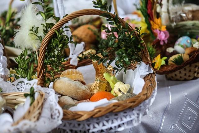 """Święcenie pokarmów w tym roku odbywać się będzie w domach. Zasiadając do wielkanocnego śniadania dokonać tego może ojciec lub matka """"albo inna dorosła osoba"""""""