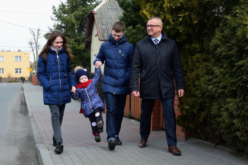 Migawka z wiosny 2018 roku. Karolina, Wiktor i ich 4-letnia córka Emilka w trakcie spaceru z ówczesnym burmistrzem Adamem Roszakiem
