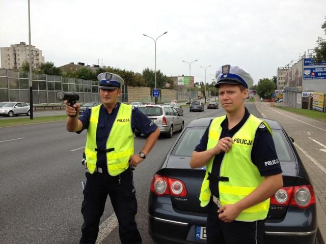 Na al. Jana Pawła II prędkość kierowców kontrolowali wczoraj po południu st. sierż. Tomasz Powierza i sierż. sztab. Mateusz Strumiłło.