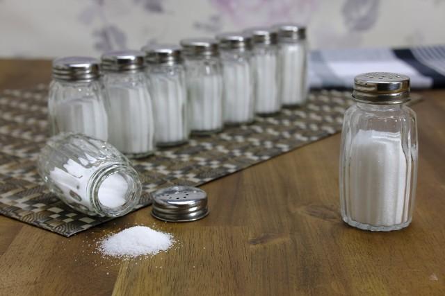 Co się dzieje z twoim ciałem, gdy jesz zbyt dużo soli?Wysoki poziom soli w diecie może mieć poważne konsekwencje. Niektóre są niegroźne i po prostu denerwujące, inne mogą zagrażać życiu.Jaki wpływ na zdrowie może mieć spożywanie zbyt dużej ilości soli? Jakie są kluczowe oznaki, że spożywasz za dużo soli? Zobacz w naszej galerii >>>>>