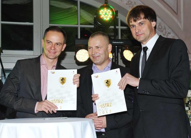 Piotr Protasiewcz (z lewej) chce zakończyć karierę w Zielonej Górze. W Stelmecie Falubazie zostanie jeszcze przynajmniej cztery lata. Obok prezesi Robert Dowhan i Marek Jankowski.