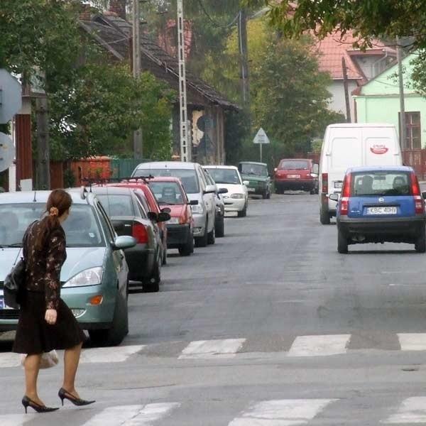 Zblokowane przez parkujące samochody bramy wjazdowe posesji to w mieście codzienny widok.